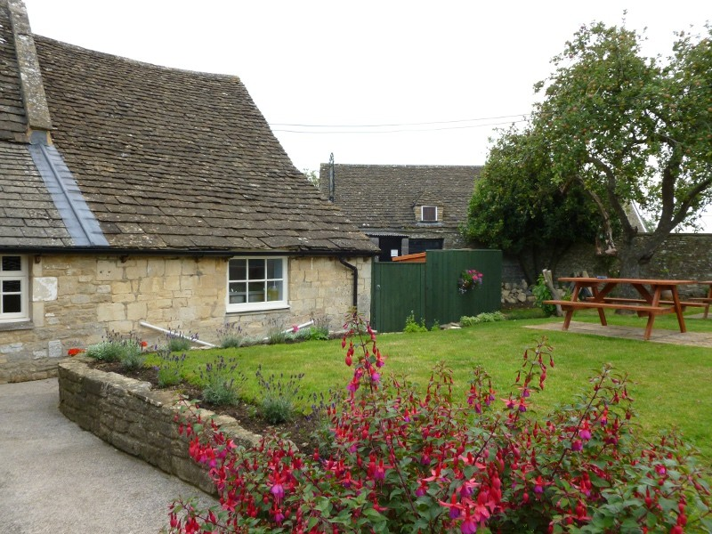Country dining pub and dog walk near Bath, Wiltshire - Wiltshire dog friendly pub and dog walk