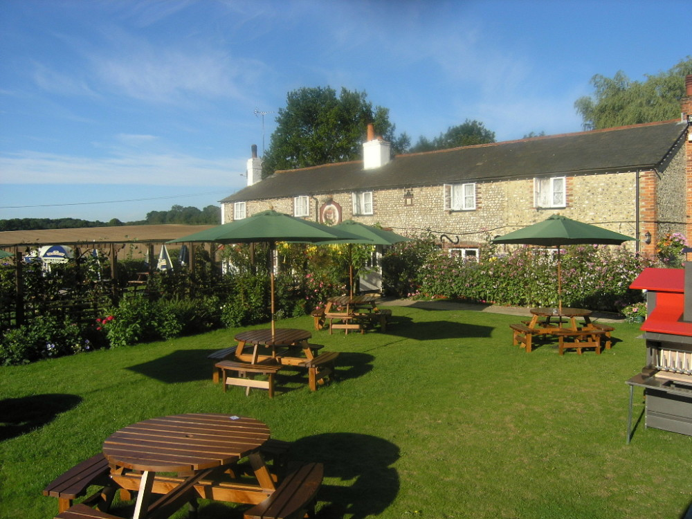 M3 Jct 7 dog-friendly village pub with large garden, Hampshire - Hampshire dog-friendly pub and dog walk