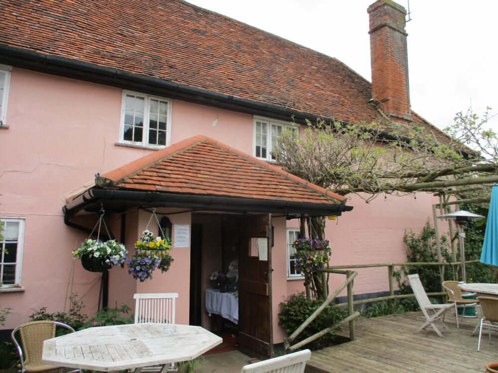 Traditional dog-friendly inn with large garden, Suffolk - Suffolk dog-friendly pub and dog walk