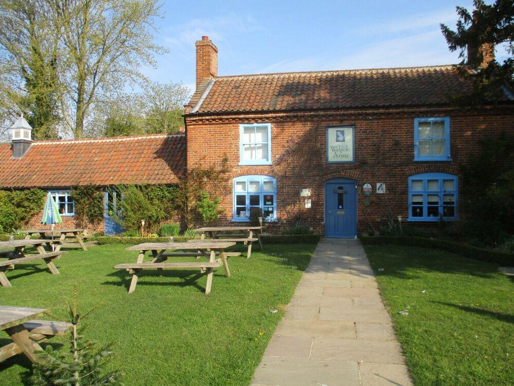 Stylish village pub with dog walk near Aylsham, Norfolk - Norfolk dog-friendly pub with a garden and dog walk