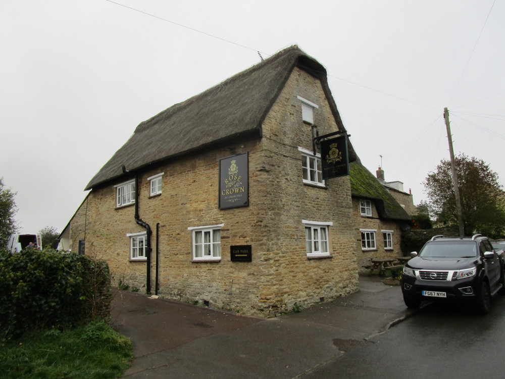 M40 Junction 10 dog-friendly pub and dog walk, Charlton, Northamptonshire - Dog walks in Northamptonshire
