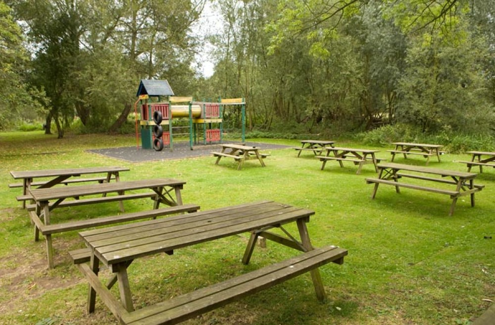 M1 Junction 13 Canalside dog walk with dog-friendly pub, Bedfordshire - Dog walks in Bedfordshire