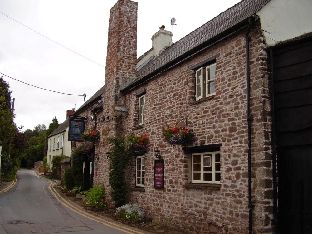 M4 Junction 24 dog walk and dog-friendly pub near Caerleon, Gwent, Wales - Dog walks in Wales