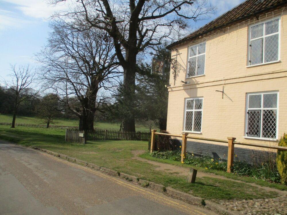 A140 country estate dog walks, B&B, a cafe and a pub, Norfolk - Norfolk dog-friendly pub and dog walk