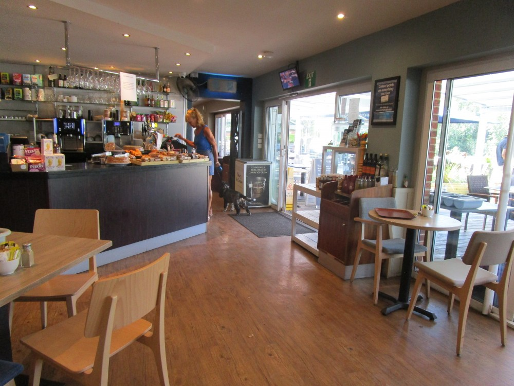 Waterside dog walk and dog-friendly cafe on the Thames, Oxfordshire - Oxfordshire dog-friendly cafe