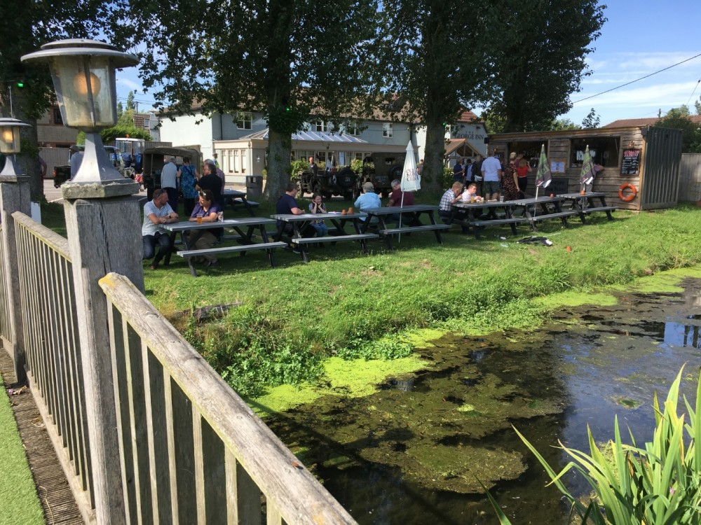 A350 dog-friendly coaching inn near Warminster, Wiltshire - Wiltshire dog friendly pub and dog walk