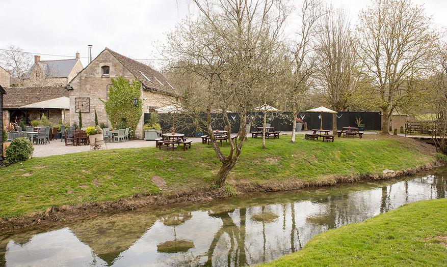 Dog-friendly inn with B&B and a short dog walk near Chippenham, Wiltshire - Wiltshire dog friendly pub and dog walk