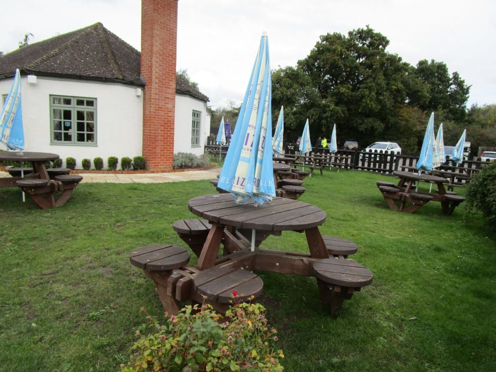 M4 dog-friendly pub and dog walk near Reading, Berkshire - Berkshire dog-friendly pub and dog walk