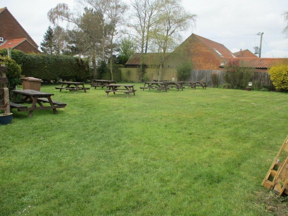 A148 dog-friendly village pub near Weyborne Heath, Norfolk - Norfolk dog-friendly pub with garden