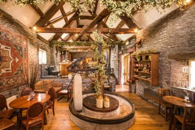 A40 dog-friendly inn near Crickhowell, Brecon Beacons, Wales - Driving with Dogs