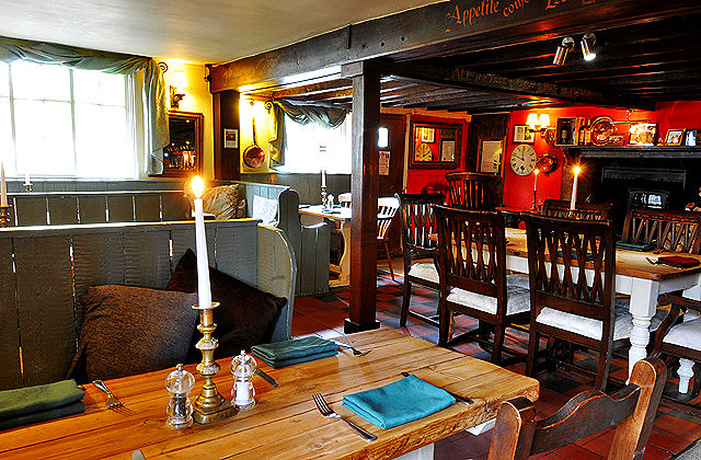 Dog-friendly coaching inn near Duxford museum and the M11, Cambridgeshire - Cambridgeshire dog-friendly pub and dog walk